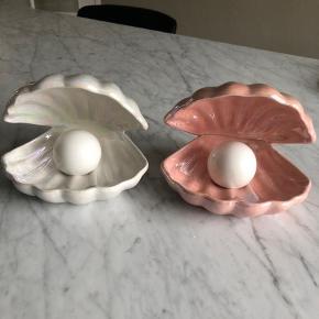 Smukkeste muslinge lamper sælges: Hvid og lyserød i perlemorseffekt. Så fin til enhver indretning. Prisen er 750 pr. lampe eller 1400kr afhentet eller pp for begge. Prisen er fast, hvorfor jeg frabeder og ignorerer bud herunder. Kan afhentes i Randers/Hornbæk eller sendes.