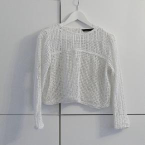 En kort bluse fra Zara Woman. Str. er M men den passer også S.  Kan hentes i Charlottenlund eller København.