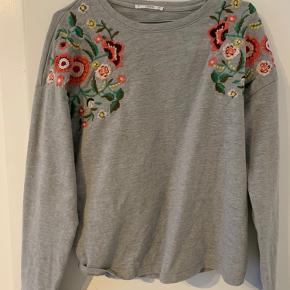Fin tynd sweatshirt/tykkere trøje. Ikke brugt synderligt meget.
