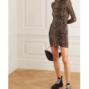 Mega flatterende Leo kjole fra Ganni. Helt ny med prismærker 🌺 Størrelse 34, og kan sagtens også passes af en 36. Stoffet er blød og behagelig med meget stræk.  Kig gerne forbi min shop, mængderabat muligt! Afhentning i København eller forsendelse med DAO ✨  #Secondchancesummer