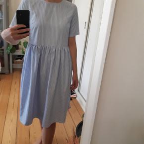 Stribet kjole fra pieces i str S. Stort set aldrig brugt! Kjolen går til lige under knæene ☀️