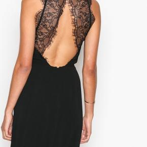 Brugt en enkelt gang til galla i 2018, derfor ingen tegn på slid. Da jeg bar kjolen brugte jeg str. XS/S, og den passede mig perfekt.