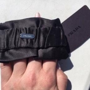 Armbånd fra Prada 💙  Mørkeblå/navy silke armbånd - stadig med originalt prismærke. Derfor aldrig brugt. :-)  Nypris var 900,- i birger Christiansen på strøget Kbh. Sælges til fornuftig pris 🌟