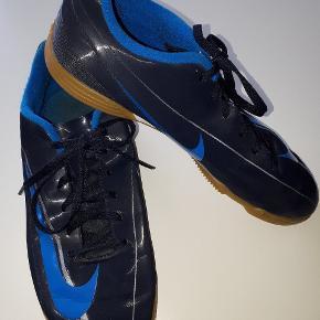 I fin stand   Str 38.5   Anden sko str 37 kun 50 kr ( stadium)