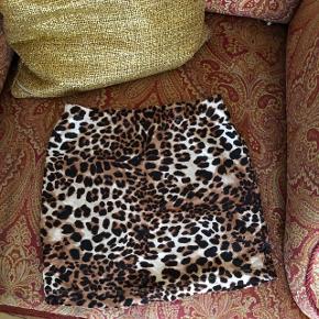 Lille din nederdel.  Leo / leopard print.   Kan ikke længere passe den derfor ingen billeder af den på ☺️   ✨BYD✨