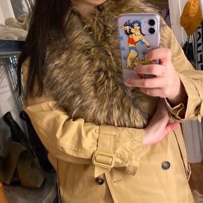 """Kunstig pelskrave. Kan """"lukkes"""" fast med lille elastik der sidder bagpå. Kan styles med alle former for jakker.  Har også en til salg i hvid :)"""