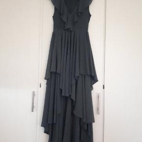 Smuk kjole i duset blå/grå farve. Brugt en gang.  Kom med et bud