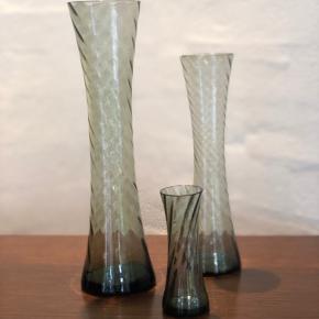 Det smukkeste sæt vaser i støvet grøn og med swirl. En designklassiker fra 60'erne.  I topstand og uden skader og skår. Stor måler 24,5cm Mellem måler 20cm Og lille måler 9.5cm Prisen er for alle 3.