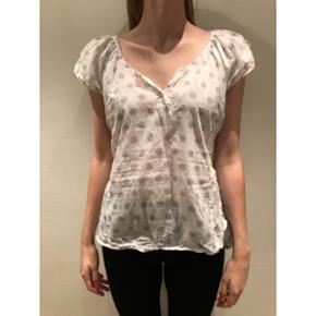 Hunkydory t-shirt/bluse  Jeg er selv S/M - og det er mig det bærer tøjet på billedet.  Nypris: 799 kr.