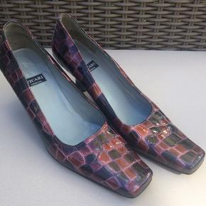 Elegant lak sko af mærket Vicari. Skoene er med lædersål og kun brugt få gange.
