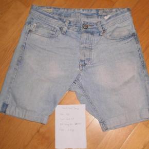 """Varetype: shorts som nye Størrelse: 28"""" Farve: Denim Oprindelig købspris: 450 kr.  Super lækre, og i meget flot stand  Str 28"""" Liv 2*37 Lår 2*28 Hel længde som de er på billedet 44"""
