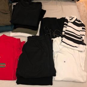 Pose med tøj. 13 trøjer, 2 bukser. Str XS,S,M