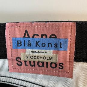 Acne Studios Blå Konst North stay black.   Str 30/30.