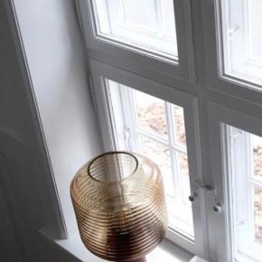 Flot dansk designerlampe. Frandsen Benjamin Honey Table Lamp i farven Amber Glass. Har været i en udstilling på en messe, men aldrig sat op i et hjem, men derfor sælges den som ny, men med stor besparelse.  Nypris på nettet: 1.699kr Køb nu for 1.100kr Kan afhentes i Aarhus og Horsens, men den kan også sendes mod betaling af porto.  Bemærk at vi 2 af disse lamper. Besparelse opnås ved køb af begge.