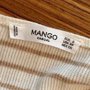 Fin top fra Mango. Det er en thin strap bodysuit.   Prisen er eksl. Fragt, sendes med DAO ☺️
