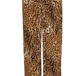 Gestuz leopard bukser. Str S. Afhentes i Aarhus  På det sidste billede ser bukserne korte ud - men jeg har lange ben.