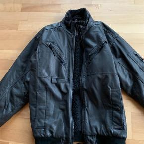 Varetype: Jakke Farve: Sort Oprindelig købspris: 899 kr.  Spritny jakke i skindlignende materiale. Købt til min søn som har haft prøvet den på, men aldrig brugt den :-( Mærke er desværre klippet af.