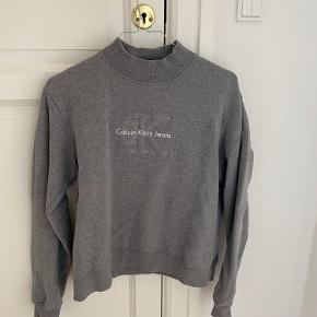 Højhalset Calvin Klein sweatshirt. Næsten ikke brugt