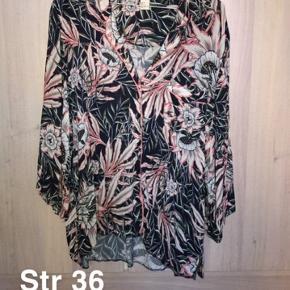 Brugt få gange.. sælges billigt da jeg skal have tømt gevaldigt ud af min kæmpe garderobe. Alle priser er plus fragt og eventuelt gebyr.  Fra H&M trend konceptet. Tilhørende shorts sælges for yderligere 75 kr.