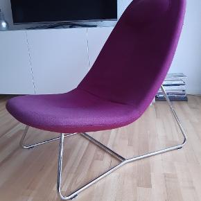 Lounge stol i uld - Softline - farve fuchsia.  Den har farve forskel på sæde pga alm brug. Ingen huller eller pletter. Bred model & høj ryg, god sidde komfort.