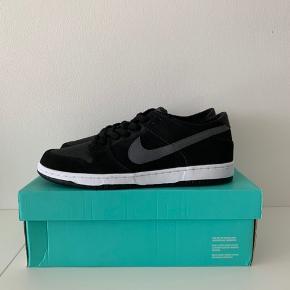 Nike Dunk Low IW - Black Light Graphite Str. 46  (US 12)  Con. 10/10 - DS (Damaged Box) Pris. 1.000,-  Skriv for spørgsmål eller info :-)   Skriv for spørgsmål eller info:-)
