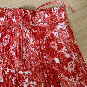 Aldrig blevet taget i brug. Måler 52 cm i længden og taljen er med elastik.  💡Super dejlig nederdel til sommerens varme vejr  🧶100% polyester   Kom gerne med et bud