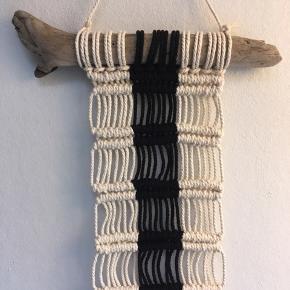 Håndlavet macrame vægtæppe.  Lavet af drivtømmer fra Jyllands vestkyst og ny bomuldssnor.  Eget design.  Instagram @me.and.macrame 🙏🏻➰🌱  Mål: Drivtømmer 24 cm  Længde 42-44 cm uden ophæng  Bredde uden drivtømmer 12,5 cm
