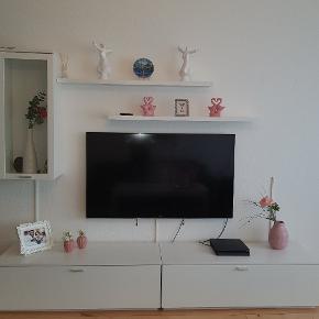 Tv bord , 1 vægskab  og 2 vægmonteret hylde. Fejler intet, der er små lille bitte ridser på tv bordet, men dette ser man ikke. Ellers er den rent og brugbar.