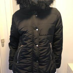 Varetype: Vinterjakke Farve: Sort Oprindelig købspris: 499 kr.  Fin jakke som desværre blev købt for stor.