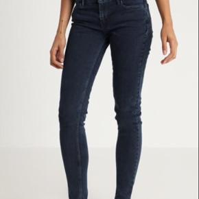De populære Levi's 710 Super Skinny Jeans i lækker pasform i str. 32. Materialet er lækker denim med Levi's eget avanceret stretch, som former og løfter kroppen de rette steder.  De er i en unik mørkegrå farve. Den, der er vist på billederne. Som altid for Levi's i fantastisk kvalitet. De er lavet, således at de holder deres form over tid. Jeansene er helt ubrugt. Nypris var 1000 kr.   Jeg har et par nøjagtigt magen til liggende stadig med prismærke. Er du interesseret i begge pat, kan de købes for 500 kr.