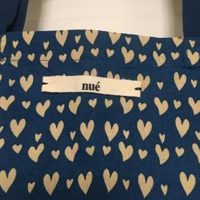 Fint net fra Nue . I perfekt stand uden huller, pletter, fnuller eller lign. Mål: 35x35 cm. Søgeord: tote net stofnet taske pose hjerter hjerte print mønster mønstret