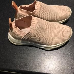 Rosa sneakers med elastik. Nemme at få på. Brugt som indendørs sko i bhv.  Afh i 6710