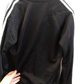 Adidas Originals Sweater i sort. Fejler intet. Brugt nogle gange.  Ingen misfarvninger. Alle lynlåse er intakte.
