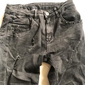 Helt nye slidte jeans med nitter og elastik i taljen