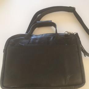 Den lækreste laptop / skuldertaske i ægte læder.  Remmen er aftagelig og justerbar.