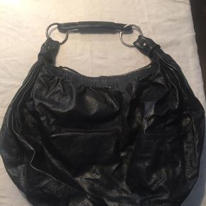 Sort Miu Miu skuldertaske i soft læder. Lidt større en almindelig håndtaske. Mangler en lille sort strop til lynlåsen indeni taksen.
