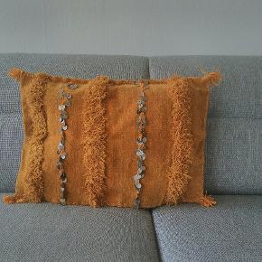 Karry/sennep pude betræk med glimrer fra marokkansk vintage tæppe. Aldrig brugt.  L: 51,5 h: 37,5