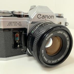 """Sælger dette flotte og meget populære """"Canon AT-1"""" 35mm film kamera inkl. et Canon FD 50mm 1.8 objektiv."""
