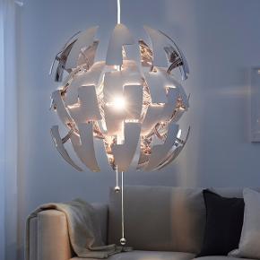 Sælger denne utrolig lækre loftslampe. Det er et fejlkøb. Den er stadig i original emballage og er ikke taget ud af den - Derfor er den helt ny! Nypris var 399 købt i IKEA, for mindre end 2 uger siden. Ville helst gerne tæt på np som muligt :-)  Farve: hvid og sølv