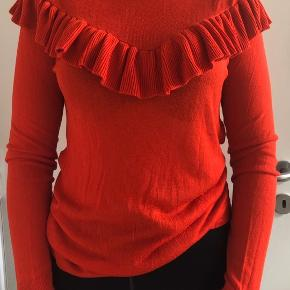 Fin rød bluse med flæser.  Den er lidt stor i størrelsen og lidt gennemsigtig.  Byd gerne☺️