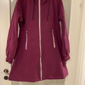 Den er så fin Men skal der nævnes noget så er den lidt men det er også lidt fnuldret ude i ærmet se billed   Det er en softshell jakke/ overgangs jakke