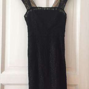 Elegant tætsiddende cocktailkjole med blonder.   Bud modtages gerne :-)