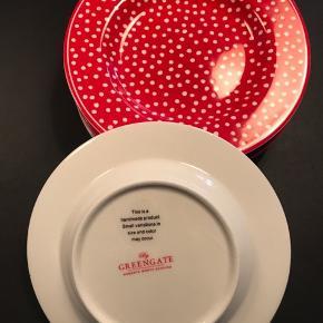 6 Red Spot tallerkener fra Greengate. Brugt 1 gang - fremstår som nye. 15 cm Ø. (Kop og stor tallerken følger ikke med) Sælges samlet - fast pris. Kan sendes for købers regning eller afhentes i Odense C. Ved handel via TS betaler køber selv gebyr.
