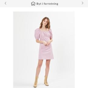 Super flot sommer kjole fra loves. Aldrig blevet brugt, kun prøvet på. Np var 399,-. Byd endelig💗