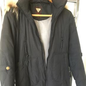 Lækker varm vinterfrakke fra Choose BlendShe. Sort med pelsbesat hætte, der kan knappes af.