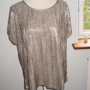 Varetype: T-Shirt Farve: Dull Gold Oprindelig købspris: 400 kr.  Så fed, og brugt få gange.  Grundet vægttab sælges den.  Str XL  Bryst 2*52 cm  Nakke og ned 64 cm  100%  Polyester