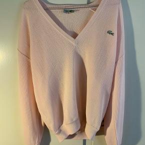 Hej! Jeg sælger denne Lacoste trøje i pink, da den ikke bliver brugt. Det er en størrelse Medium. Jeg sælger den til 100 kr. Hvis du har nogle spørgsmål til trøjen, så spørg løs.  Tjek gerne mine andre annoncer ud for en masse billige ting.