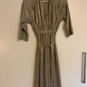 Den smukkeste ventekjole, kan også bruges som amme-kjole. Falder smukt. Brugte den til een fest, da jeg var gravid. Nypris er ca 1000kr