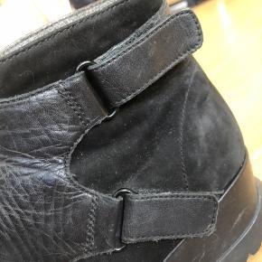 Lækre sorte støvler med forhøjet bund. I ruskind og læder. Virkelig lækre at have på med læderspænde detaljer. Str. 36.