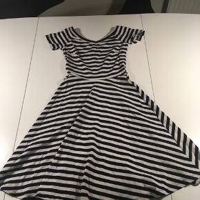 Super sød kjole fra ginatricot. Der står ikke nogen str i den, men den passer en 9-11 årige.
